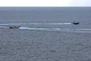 Dos lanchas iraníes se acercan a varios buques de guerra estadounidenses el pasado 6 de enero. EFE