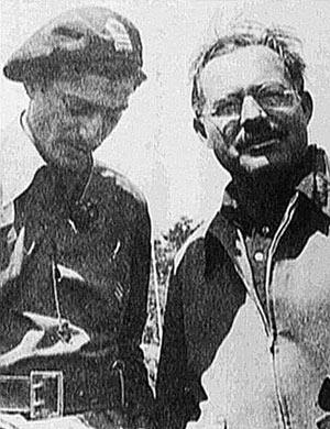 Milton Wolff y Ernest Hemingway. Ambos combatieron por la República en una guerra que sería el preludio del mayor enfrentamiento ideológico de la historia. (Foto: EL MUNDO)