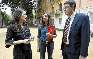 Isaura Navarro, en el centro, acompañada por Mónica Oltra y Enric Morera. (Foto: DI LOLLI).