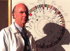 Craig Venter, ante un mapa del genoma humano en su laboratorio. (Foto: AP)