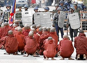 Monjes birmanos, rodeados por la policía. (Foto: REUTERS)