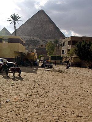 Foto del barrio de Guiza, junto a las Pirámides. (Foto: EFE)