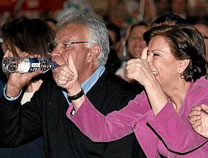 Felipe González bebiendo agua junto a Magdalena Álvarez. (Foto: Jesús Domínguez)