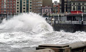 La policía ha cortado los paseso marítimos de Gijón. (Foto: EFE)