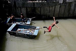 Unos niños se bañan en un río contaminado al sur de Manila (Filipinas). (EFE)