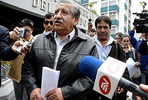 El padre del ecuatoriano fallecido, ante los medios de comunicación. (Foto: EFE)