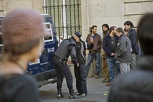 Agentes cachean a varias personas durante la concentración del pasado 17 de noviembre en Sol. (Kike Para)
