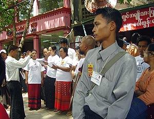 Miembros de la Liga Nacional para la Democracia, en una manifestación en Rangún el 27 de marzo. (Foto: REUTERS)