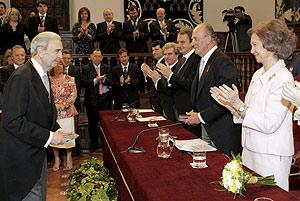 Gelman, tras recibir de manos del Rey el Premio Cervantes. (Foto: EFE) MÁS FOTOS