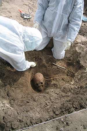 Científicos desentierran los restos de un vikingo. (Foto: PLoS)