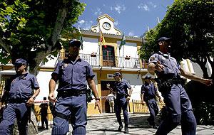 Agentes de la policia registran el Ayuntamiento. (Foto: EFE)