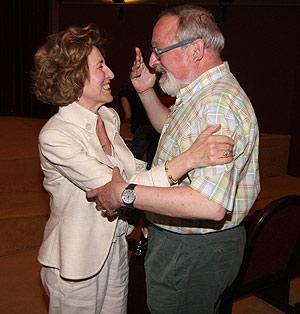 Carmen Iglesias saluda a Fernando Savater, ayer, en el Ateneo de Madrid. (Foto: Kike Para)