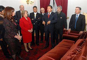 Evo Morales, Cristina Fernández, José Antonio García Belaunde, Michelle Bachelet, Rafael Correa, Fernando Lugo y Álvaro Uribe escuchan a Hugo Chávez en el antiguo despacho de Allende. (Foto: EFE)