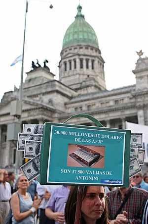 Una manifestante porta una pancarta de protesta. (Foto: AFP)