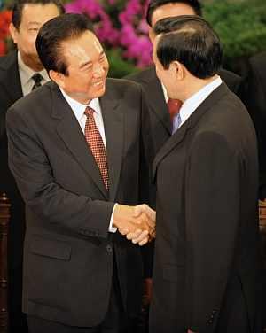Saludo entre ambos políticos al final de la reunión. (Foto: AFP)