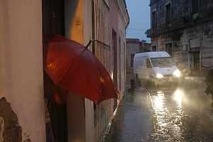 Vista de una calle de Camagüey poco antes de la llegada de 'Paloma'. (Foto: EFE)