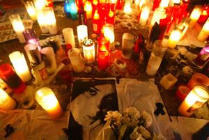 Imagen de la joven asesinada flanqueada por velas tras una concentración de apoyo a la familia. (Foto: Antonio Moreno)