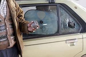 Los cristales de un coche roto, tras la avalancha de inmigrantes. (Foto: EFE)
