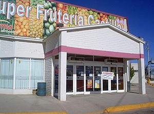 Un local comercial propiedad de menonitas, cerrado este jueves. (Foto: EFE)