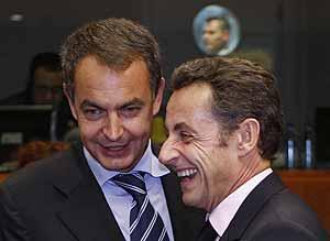 Zapatero y Sarkozy conversan durante la Cumbre de la UE celebrada el 15 de octubre. (Foto: REUTERS)