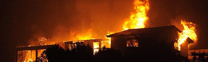Una mansión arde en el incendio. (Foto: AP)