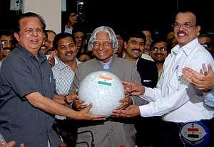 El ex presidente de India A.P.J. Abdul Kalam (c), el presidente de la Organización de Investigación Espacial India (ISRO) Madhavan Nair (i) y el director de la ISRO el doctor T K Alex se felicitan tras el alunizaje. (Foto: EFE)
