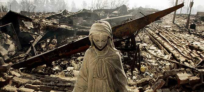 Esta estátua es de lo poco que ha quedado en pie tras el incendio en Oak Ridge Mobile Home Park, al norte de San Fernando. (Foto: AP)
