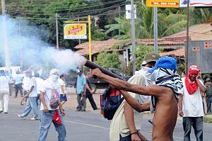 Partidarios del Frente Sandinista de Liberación Nacional, junto a la iglesia Monte Tabor. (Foto: AFP)