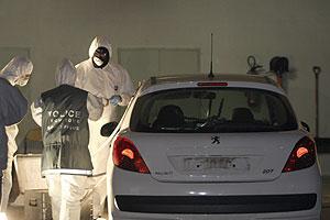 Los investigadores registran el coche que usaban 'Txeroki' y López Zurutuza. (Foto: AP)