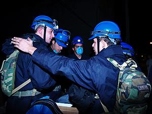 Efectivos de las fuerzas de salvamento, se diponen a actuar tras anunciarse el simulacro de terremoto. (Foto: V. L)