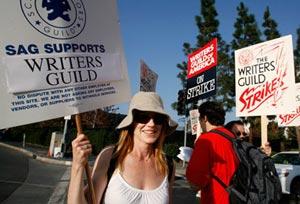 La actriz Marg Helgenberger (CSI), durante la huelga de guionistas del pasado año. (Foto: REUTERS)