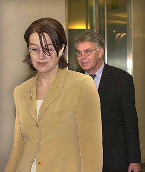 Felipe González, junto a Carmen Romero, en una imagen de 2000. (Foto: EFE)
