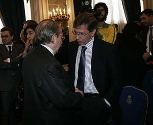 Luis del Rovero (izda.) conversa con el secretario general de Presidencia del Gobierno, Bernardino León, ayer en el Ritz. (Foto: Javi Martínez)