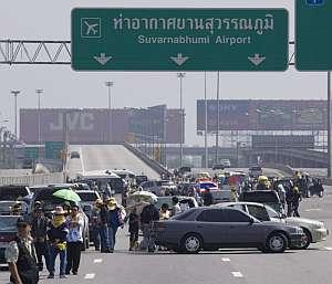 Opositores al gobierno tailandés bloquean los accesos al Aeropuerto Internacional de Suvarnabhumi en Bangkok,. (Foto: EFE)