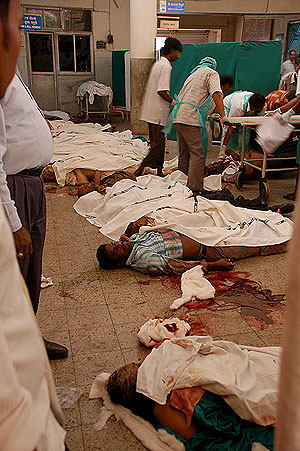 Los cadáveres de algunas de las víctimas del atentado terrorista yacen en el suelo de un hospital de Bombay, (Foto: EFE)