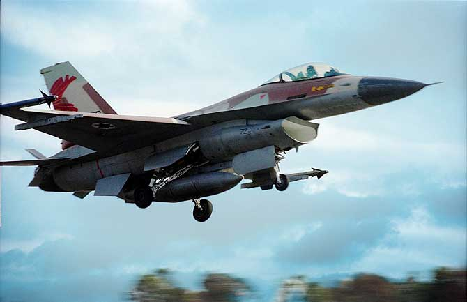 Un F-16 en pleno vuelo.