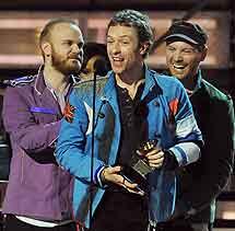 Coldplay recoge su galardón. | AFP