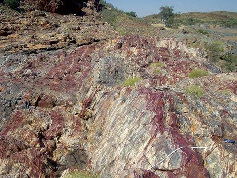 Diminutos cristales de hematita, un mineral de hierro, en una formación de jaspe en el Cratón de Pilbara, en el noroeste de Australia. | Efe / Hiroshi Ohmoto