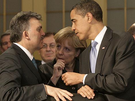 El presidente de Turquía, Abdula Gül, conversa con Angela Merkel y Barack Obama. | Efe