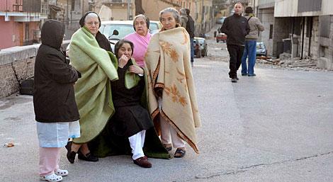 Un grupo de mujeres aguardan en la calle en Ona. | Efe