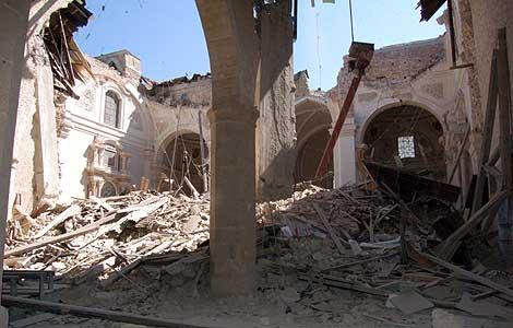La basílica de Santa María di Collemaggio, en L'Aquila, tras el terremoto. | Efe