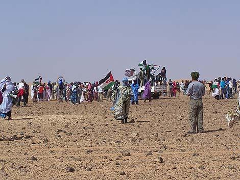 Los jóvenes saharauis corren por la zona minada. | R.Q.
