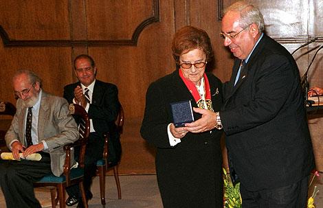 El Principado de Asturias entrega a Corín Tellado la medalla de plata de Asturias, en un acto en el Teatro Campoamor de Oviedo.
