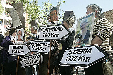 Familiares portan retratos de presos de ETa en Gernika. | Mitxi