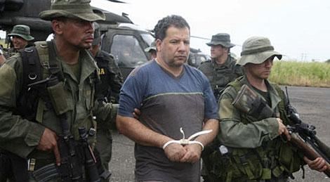 Dos policías escoltan a 'Don Mario' (centro) tras ser capturado. | Reuters