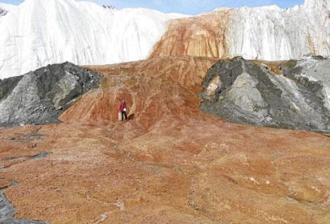 Un investigador posa sobre la superficie helada de 'Las cataratas de sangre'. (Foto: 'Science')