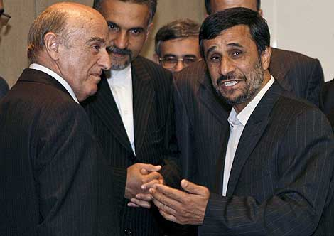 El presidente de Irán conversa con su homólogo suizo al llegar a Ginebra. | Efe
