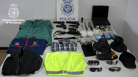 Las armas y los disfraces utilizados por los presuntos atracadores. | Efe