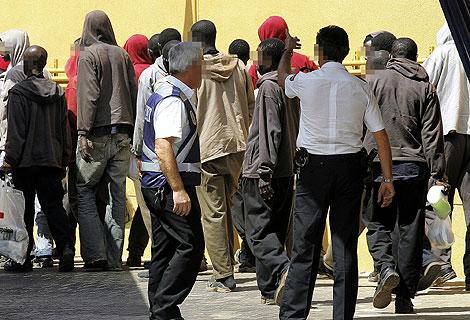 Un grupo de inmigrantes, a su llegada a un centro de internamiento. | B. Cordón
