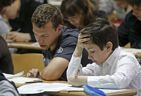 Concentración máxima entre los estudiantes en busca del resultado matemático. | Efe